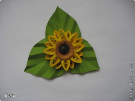 """Я делала картину """"Подсолнухи"""", а этот цветочек у меня остался. Долго недумая, превратила его в магнитик. Сейчас висит на холодильнике и радует глаз. фото 1"""