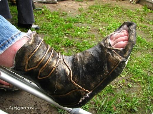 """Муж сломал ногу и получил неудобный и некрасивый гипс, и жить ему с этим как минимум месяц... Решили немного приукрасить его """"новую обувку"""". Так ведь намного веселее смотрится, чем в традиционном виде. Спасибо Татьяне Сорокиной за прекрасную технику пейп-арт (http://stranamasterov.ru/node/308701), нам она очень пригодилась.  фото 2"""