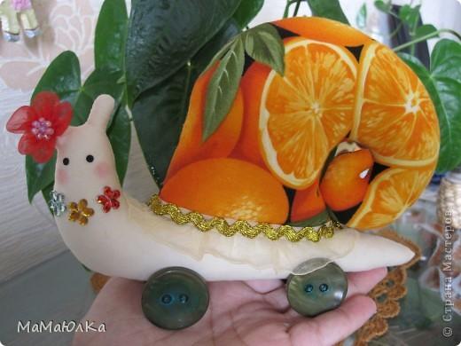 Дорогие друзья, рада приветствовать вас! Сегодня цитрусовые улитки.  Апельсинка и Лимонка. Ничего достопримечательного в них нет, чтобы описывать их. Скажу только, что украшала их дочка. Точнее продумывала как их нарядить. Моя идея -бусы у Лимонки. Желаю приятного просмотра! фото 13