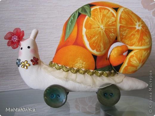Дорогие друзья, рада приветствовать вас! Сегодня цитрусовые улитки.  Апельсинка и Лимонка. Ничего достопримечательного в них нет, чтобы описывать их. Скажу только, что украшала их дочка. Точнее продумывала как их нарядить. Моя идея -бусы у Лимонки. Желаю приятного просмотра! фото 10