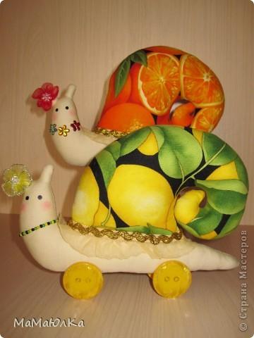 Дорогие друзья, рада приветствовать вас! Сегодня цитрусовые улитки.  Апельсинка и Лимонка. Ничего достопримечательного в них нет, чтобы описывать их. Скажу только, что украшала их дочка. Точнее продумывала как их нарядить. Моя идея -бусы у Лимонки. Желаю приятного просмотра! фото 1