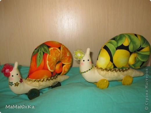 Дорогие друзья, рада приветствовать вас! Сегодня цитрусовые улитки.  Апельсинка и Лимонка. Ничего достопримечательного в них нет, чтобы описывать их. Скажу только, что украшала их дочка. Точнее продумывала как их нарядить. Моя идея -бусы у Лимонки. Желаю приятного просмотра! фото 4