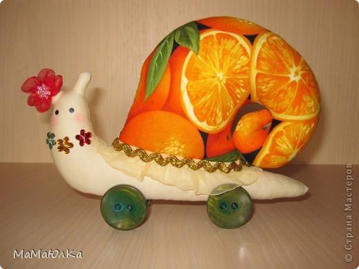 Дорогие друзья, рада приветствовать вас! Сегодня цитрусовые улитки.  Апельсинка и Лимонка. Ничего достопримечательного в них нет, чтобы описывать их. Скажу только, что украшала их дочка. Точнее продумывала как их нарядить. Моя идея -бусы у Лимонки. Желаю приятного просмотра! фото 9