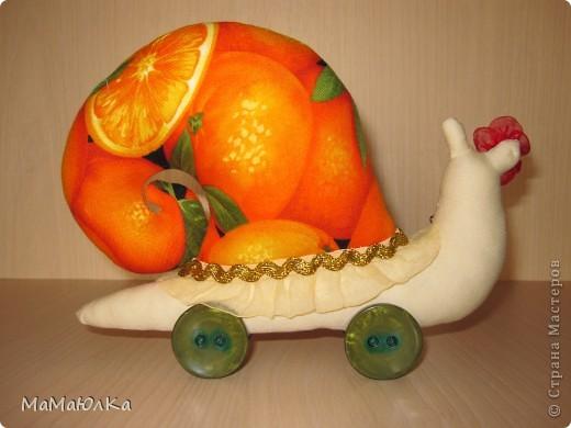 Дорогие друзья, рада приветствовать вас! Сегодня цитрусовые улитки.  Апельсинка и Лимонка. Ничего достопримечательного в них нет, чтобы описывать их. Скажу только, что украшала их дочка. Точнее продумывала как их нарядить. Моя идея -бусы у Лимонки. Желаю приятного просмотра! фото 12