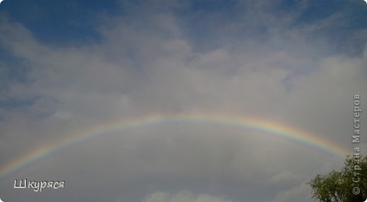 Ехала на машине домой после дождя и вот такую радугу дугу засняла. Фото не передает всей красоты увиденного. Радуга висела над 2-х этажным домом