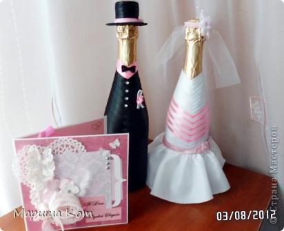 В этом году у наших друзей состоялась розовая свадьба (10 лет совместной жизни). Очень хотелось подарить им что-то оригинальное. В дополнение к основному подарку сделала вот таких жениха и невесту. Большое спасибо Ольге за замечательный мастер-класс http://stranamasterov.ru/node/225893.  Открыточка не моя (до скрапбукинга руки ещё не дошли), её сделала одна моя знакомая. Открыточка мне очень понравилась, с бутылочками сочетается очень даже не плохо, на мой взгляд)))))))) фото 1