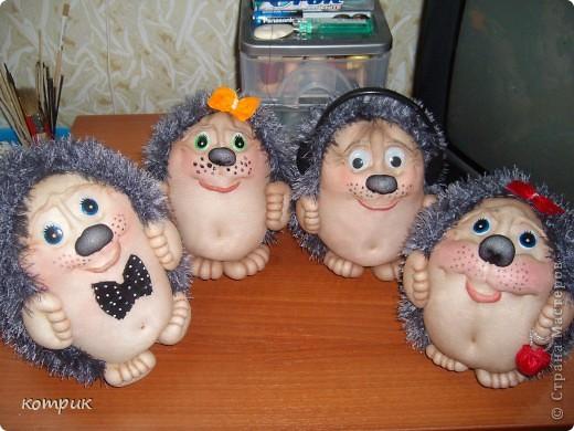 Ёжики прочно заняли своё место в моей жизни.)))))))Такое чувство,что я могу уже шить их с закрытыми глазами.Эти,например,ростиком 18 см.)))))))) фото 7