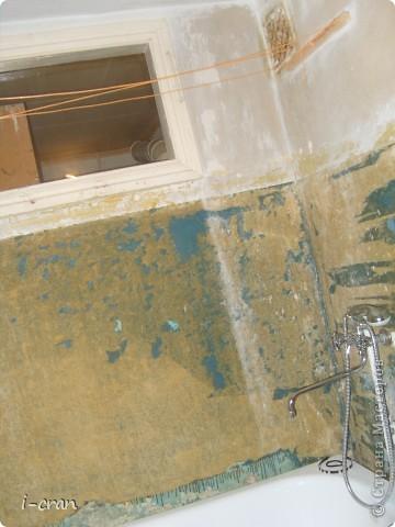 Ну а вот собственно и вид после ремонта, краску покупали специальную для кухонь и ванных, водостойкая, разводили колером персиком, бордюры по примеру участницы сайта ~ alena_86_rd ~ (и ее ремонта http://stranamasterov.ru/node/369527?c=favorite ) состоят из плинтусов ПВХ и декупаж из салфеток. Поставили экран под ванной. фото 3