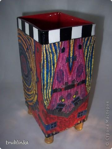 Приветствую всех заглянувших ко мне на огонек! Давненько я ничего не выставляла, не хватает времени. Но вот насмотрелась на вашу красоту и выставляю свою любимую вазу! Ничего сложного - обычный декупаж + рисование клеточек + текстурная гель с гранулами (только по желтым полосам) + ножки (пустые деревянные шпульки от ниток покрытые поталью и приклеенные на супер-мупер клей).  фото 2