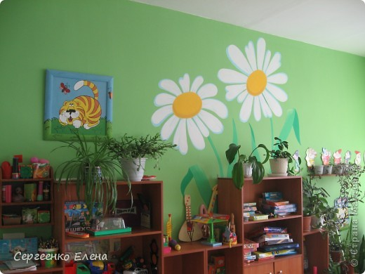 Продолжая тему росписи стен в детском саду, хочу показать несколько групповых комнат и спальню для деток нашего садика. Если кто видел предыдущие мои спальни, то видите, что стены выполнены  в едином стиле. фото 7