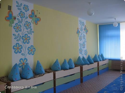 Продолжая тему росписи стен в детском саду, хочу показать несколько групповых комнат и спальню для деток нашего садика. Если кто видел предыдущие мои спальни, то видите, что стены выполнены  в едином стиле. фото 1