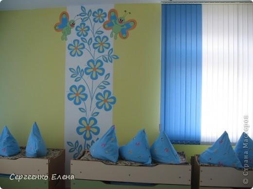 Продолжая тему росписи стен в детском саду, хочу показать несколько групповых комнат и спальню для деток нашего садика. Если кто видел предыдущие мои спальни, то видите, что стены выполнены  в едином стиле. фото 4