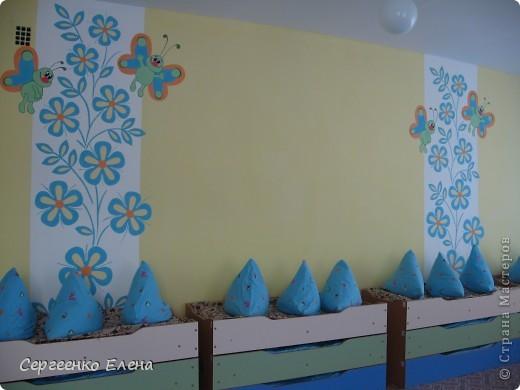 Продолжая тему росписи стен в детском саду, хочу показать несколько групповых комнат и спальню для деток нашего садика. Если кто видел предыдущие мои спальни, то видите, что стены выполнены  в едином стиле. фото 3