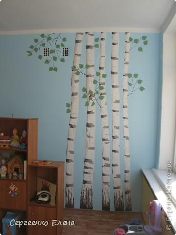 Продолжая тему росписи стен в детском саду, хочу показать несколько групповых комнат и спальню для деток нашего садика. Если кто видел предыдущие мои спальни, то видите, что стены выполнены  в едином стиле. фото 11