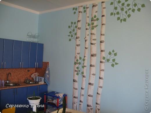 Продолжая тему росписи стен в детском саду, хочу показать несколько групповых комнат и спальню для деток нашего садика. Если кто видел предыдущие мои спальни, то видите, что стены выполнены  в едином стиле. фото 14