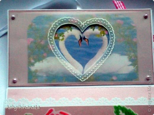 Доброго времени суток. Опять я к Вам с открыткой. Теперь попробовала сделать свадебную. Использовала: акварельную бумагу для подложки, перламутровый розовый картон, дизайнерскую бумагу.  Открытка достаточно объемная, закрывается на ленточку. фото 5
