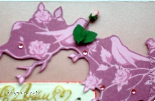 Доброго времени суток. Опять я к Вам с открыткой. Теперь попробовала сделать свадебную. Использовала: акварельную бумагу для подложки, перламутровый розовый картон, дизайнерскую бумагу.  Открытка достаточно объемная, закрывается на ленточку. фото 3