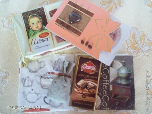 """Сегодня, мы с мамой(Мартинка), получили замечательный кофейный сюрприз от ДЕТСАД!!!!!! Как все влезло в маленькую коробочку, для нас с мамой навсегда останется тайной!!!!!! От всей посылочки шел аромат кофе!!!!!! А в ней................ Мешочек с кофе, ароматная , удивительной красоты открыточка с рецептом кофе, мои любимые пирожные """"Аленка"""", кофейный шоколад!!!!!! фото 1"""