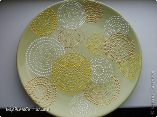 Увидела я тарелку у Юли (Крысёна лапчатая) http://stranamasterov.ru/node/393324?c=favorite и решила себе нарисовать подобную. Вот так получилось. Кружки ровные, немного их искажает форма тарелки (но это только на фото). фото 1