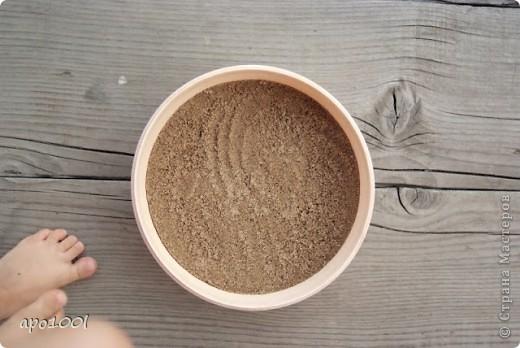 Вам понадобится:      мелкий песок     контейнер     алебастр     различные игрушки , фигурки, камушки, ракушки и т.п.     кисточка  фото 1