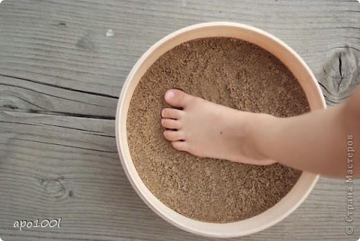Вам понадобится:      мелкий песок     контейнер     алебастр     различные игрушки , фигурки, камушки, ракушки и т.п.     кисточка  фото 2