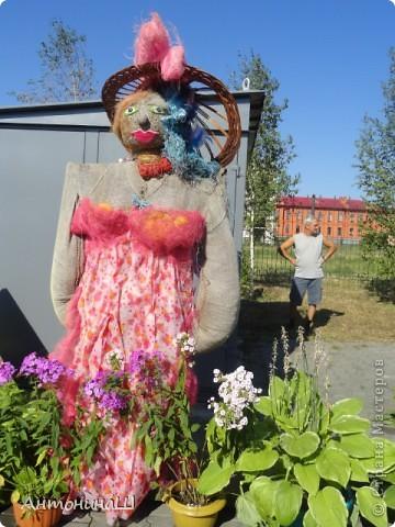 Дорогие друзья. Я тоже решилась на репортаж. Вот уже более 60 лет ежегодно в нашем городе проходит выставка цветов. Еще будучи маленькой девочкой я бывала на такой выставке со своим дедушкой. В те времена для участия приглашали садоводов - любителей. На выставке они делились своими достижениями. Это сейчас в Сибири и виноград выращивают и персики, а когда-то давно и яблоки- то крупные были большой редкостью. Выставка проходила в павильонах, Каждый район города имел свой и стремился как можно интереснее его украсить. фото 23