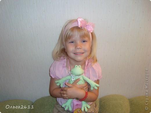 """Сегодня заходили, с дочей, в магазин """"всё для рукоделия"""", Маруся уцепилась за лягушку с витрины... зачем покупать, мы и сами с руками. фото 1"""