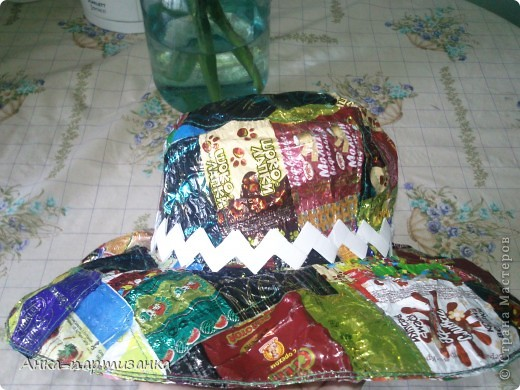 Тоже сделана из фантиков от конфет. фото 4