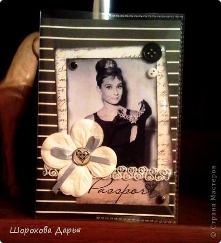 Обложка на паспорт с несравненной Одри Хепберн! Материалы: бумага, брадс, картинка, пуговицы, цветочек, кружево, лента, силиконовая обложка. фото 1