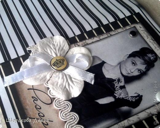 Обложка на паспорт с несравненной Одри Хепберн! Материалы: бумага, брадс, картинка, пуговицы, цветочек, кружево, лента, силиконовая обложка. фото 3