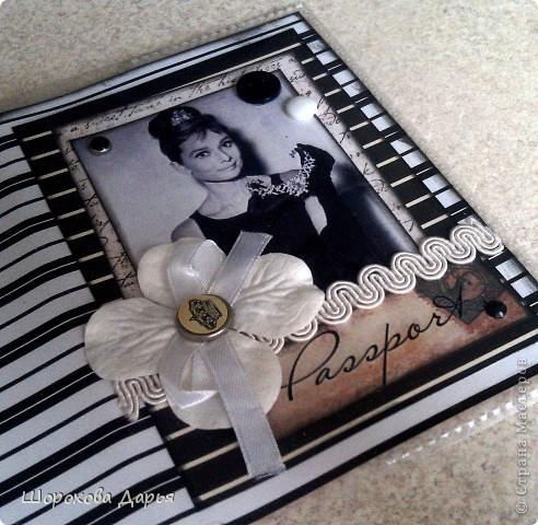 Обложка на паспорт с несравненной Одри Хепберн! Материалы: бумага, брадс, картинка, пуговицы, цветочек, кружево, лента, силиконовая обложка. фото 2