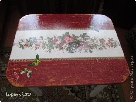 Здравствуйте, мастерицы! Была в отпуске у мамы. Увидела старый столик, не удержалась  - сделала декупаж и кракелюр. Столик ещё послужит.
