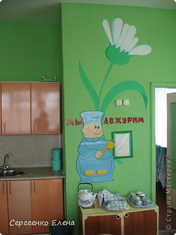 Продолжая тему росписи стен в детском саду, хочу показать несколько групповых комнат и спальню для деток нашего садика. Если кто видел предыдущие мои спальни, то видите, что стены выполнены  в едином стиле. фото 10