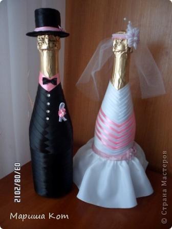 В этом году у наших друзей состоялась розовая свадьба (10 лет совместной жизни). Очень хотелось подарить им что-то оригинальное. В дополнение к основному подарку сделала вот таких жениха и невесту. Большое спасибо Ольге за замечательный мастер-класс http://stranamasterov.ru/node/225893.  Открыточка не моя (до скрапбукинга руки ещё не дошли), её сделала одна моя знакомая. Открыточка мне очень понравилась, с бутылочками сочетается очень даже не плохо, на мой взгляд)))))))) фото 2