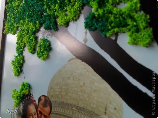 """Доброго времени суток! Ну вот и пролетел год! В июле 2011 г. начался мой роман со скрапом:) 30 июля того же года я дарила свою первую работу подруге на свадьбу. Вот и первая годовщина!  В поисках идеи подарка """"прошерстила"""" Страну и нашла интересную идею - панно-коллаж. Идея Индии была взята с самой свадьбы и увлечения подруги. Она у меня просто помешана на слонах, а свадьба проходила в индийском ресторане... Нашла подходящие фото с пейзажем по размеру на просторах интернета, выбрала несколько фото с невестой и женихом, и в фотошопе сделали несколько вариантов (жаль слон не вписался в общий вид). Выбрали более менее приемлемый, распечатали в типографии и работа пошла. На торцевание меня вдохновила работа White Racoon на сайте http://rus-scrap.ru. Размер фото 30х40. Хоть фото и глянцевое, но к нему достаточно хорошо клеилась папиросная бумага. Общий вид фото 2"""