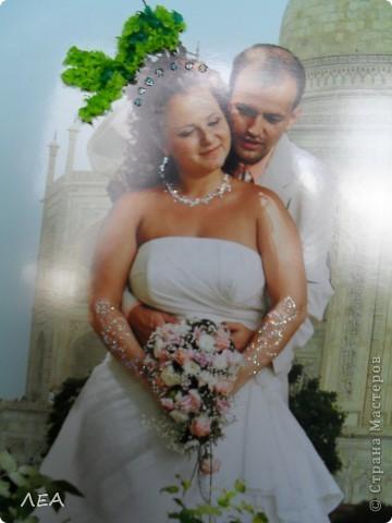 """Доброго времени суток! Ну вот и пролетел год! В июле 2011 г. начался мой роман со скрапом:) 30 июля того же года я дарила свою первую работу подруге на свадьбу. Вот и первая годовщина!  В поисках идеи подарка """"прошерстила"""" Страну и нашла интересную идею - панно-коллаж. Идея Индии была взята с самой свадьбы и увлечения подруги. Она у меня просто помешана на слонах, а свадьба проходила в индийском ресторане... Нашла подходящие фото с пейзажем по размеру на просторах интернета, выбрала несколько фото с невестой и женихом, и в фотошопе сделали несколько вариантов (жаль слон не вписался в общий вид). Выбрали более менее приемлемый, распечатали в типографии и работа пошла. На торцевание меня вдохновила работа White Racoon на сайте http://rus-scrap.ru. Размер фото 30х40. Хоть фото и глянцевое, но к нему достаточно хорошо клеилась папиросная бумага. Общий вид фото 3"""