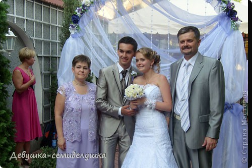 Сегодня продолжу свой мини-репортаж о нашей свадьбе. К слову, на фото дружки в лавандовых платьях (цвет немного не такой, как в жизни). Мы купили ткань, а девочки шили или заказывали платья на свой вкус. Я шила галстуки молодым неженатым парням (в кадр не попали) и мальчику, который нес кольца. фото 2