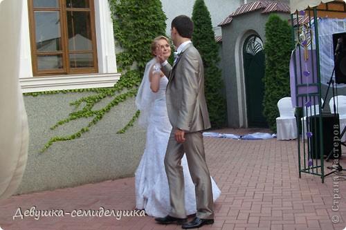 Сегодня продолжу свой мини-репортаж о нашей свадьбе. К слову, на фото дружки в лавандовых платьях (цвет немного не такой, как в жизни). Мы купили ткань, а девочки шили или заказывали платья на свой вкус. Я шила галстуки молодым неженатым парням (в кадр не попали) и мальчику, который нес кольца. фото 5