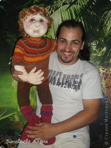 Мой первый капроновый человечек,пока не имеет своей одежды,но дочка,чтобы не замёрз,одела в куклины одёжки и мамины носки. фото 7
