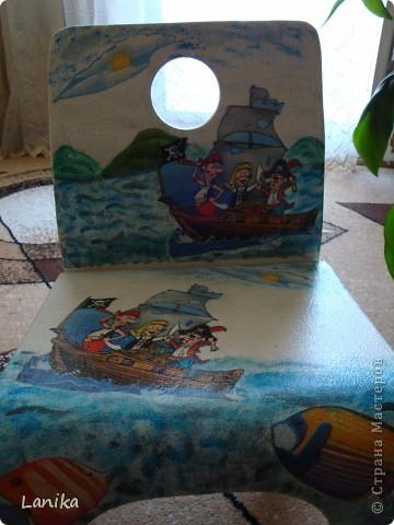 Стульчик реанимирован с помощью техники декупаж (салфетки, акриловые краски). Для любимого сыночка. фото 2