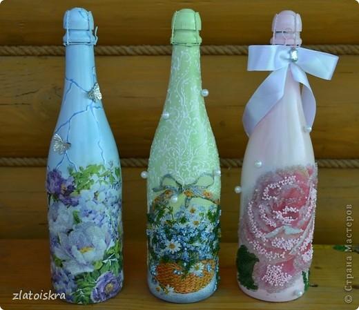Добрый день, жители СМ! За последнее время собралось немного декупажных работ, хочу с вами поделиться. На этом фото вазочка и бутылочка в одном стиле, украшены хрустальной пастой, структурной пастой, 3Д гелем, на вазе еще имитация кружева шпатлевкой через прорезиненную салфетку, на бутылке - бабочки-пайетки. фото 3