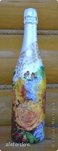 Добрый день, жители СМ! За последнее время собралось немного декупажных работ, хочу с вами поделиться. На этом фото вазочка и бутылочка в одном стиле, украшены хрустальной пастой, структурной пастой, 3Д гелем, на вазе еще имитация кружева шпатлевкой через прорезиненную салфетку, на бутылке - бабочки-пайетки. фото 10