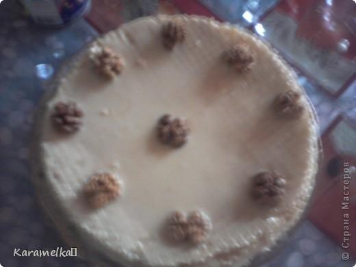 Вот такой красивый и ооочень обалденый торт у меня получился :)) Для торта нам понадобится: -Вафельные коржи -грецкий орех -сгущенка -варёная сгущенка -сметана 10% -и что-то для украшени фото 4