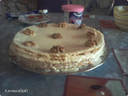 Вот такой красивый и ооочень обалденый торт у меня получился :)) Для торта нам понадобится: -Вафельные коржи -грецкий орех -сгущенка -варёная сгущенка -сметана 10% -и что-то для украшени фото 1