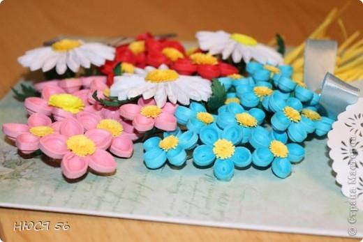 Накопились у меня эти цветочки, и сложился букетик. Шляпка сделана по этому М. К. http://stranamasterov.ru/node/392855?c=favorite , бабочка магнитик. Фон распечатала на принтере на самоклеющейся  бумаге. фото 4
