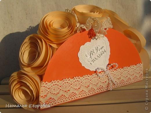 У нас сегодня Праздник, 2-я годовщина Свадьбы моей дочери - Бумажная свадьба! Приготовила подарок моим детям, сначала задумывалась открытка, а в итоге получился вот такой букет. Идею подсмотрела в инете, но только вместо роз были конфеты. фото 4