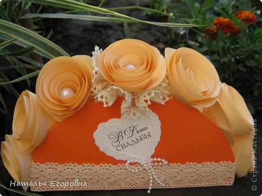 У нас сегодня Праздник, 2-я годовщина Свадьбы моей дочери - Бумажная свадьба! Приготовила подарок моим детям, сначала задумывалась открытка, а в итоге получился вот такой букет. Идею подсмотрела в инете, но только вместо роз были конфеты. фото 1