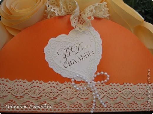 У нас сегодня Праздник, 2-я годовщина Свадьбы моей дочери - Бумажная свадьба! Приготовила подарок моим детям, сначала задумывалась открытка, а в итоге получился вот такой букет. Идею подсмотрела в инете, но только вместо роз были конфеты. фото 5
