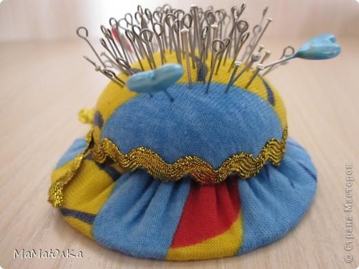 """Дорогие друзья! Сегодня МК шляпки-игольницы. В СМ только у одной мастерицы описание подобной модели http://stranamasterov.ru/node/351629, http://stranamasterov.ru/node/351990.  Идею я увидела в местной газете """"Пуговка"""" несколько лет назад. Немного изменила ее размеры, чтобы сделать ее миниатюрной.  Это готовый вариант. фото 17"""