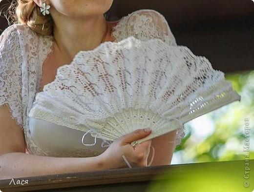 Делалось на свадьбу подруге. Основа - каркас от обычного веера. Связано крючком 0,8. фото 5